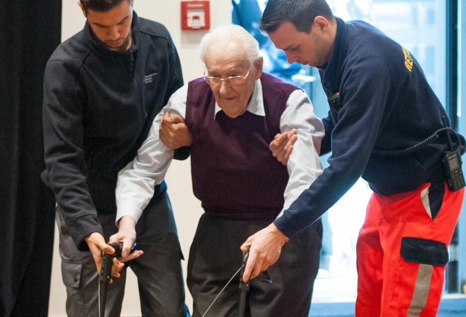 FOR GAMMEL FOR STRAFF?: Her får tidligere SS-vakt Oskar Gröning (96) hjelp inn i rettssalen i 2015, da han ble funnet skyldig i medvirkning til mord på 300 000 personer i Auschwitz. Foto: Philipp Schulze / Pool Photo via AP / NTB Scanpix