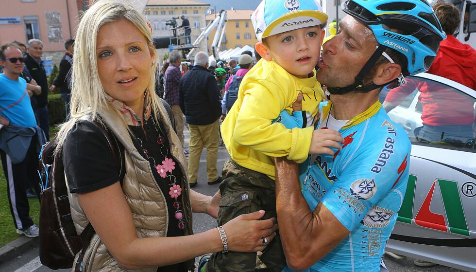 HEDRES: Arrangøren av Giro d'Italia har valgt å la etappe 11 av neste års ritt, passere huset til Michele Scarponis enke og parets tvillinger. 37-åringen døde etter å ha bli påkjørt på trening i april. FOTO: Tim De Waele/TDWSPORT.COM