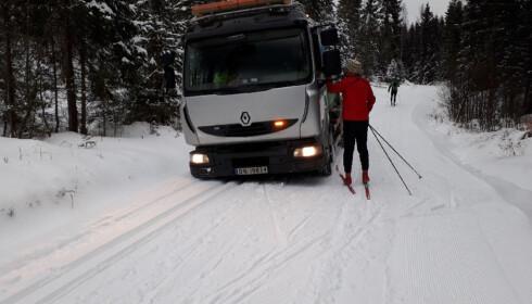 BLE STOPPET: Skigåere hadde kommet seg ut i marka i dag, men ble møtt av et noe uventet syn i form av en søppelbil. Foto: Bymiljøetaten