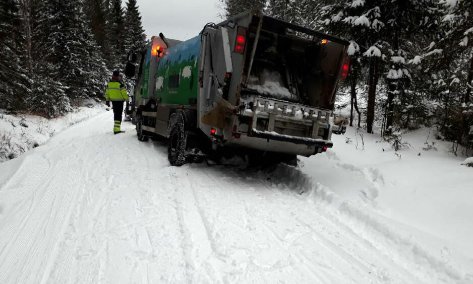 HER GIKK DET GALT: Søppelbilen bestemte seg for å ta snarveien mellom Tryvann og Skjennungstua i Oslomarka torsdag. Det endte slik, og løypemannskapet melder om ødelagte løyper som følge av kjøringa. Foto: Bymiljøetaten