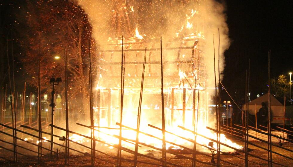 BRANNBOMBE: Gävle-bukken ble ikke gammel i fjor. Allerede på innvielsesdagen valgte noen å sette fyr på bukken, bare timer etter at åpningsshowet var over. Bukken var totalt ødelagt etter brannen. Foto: Roger Nilsson / TT / NTB scanpix