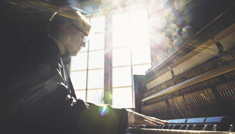 """FREMADSTORMENDE: Kjetil Jerve er en strålende pianist. I dag kommer trioplata """"Circumstances"""" ut, breddfull av dynamisk samarbeid. Foto: Morten Espeland"""