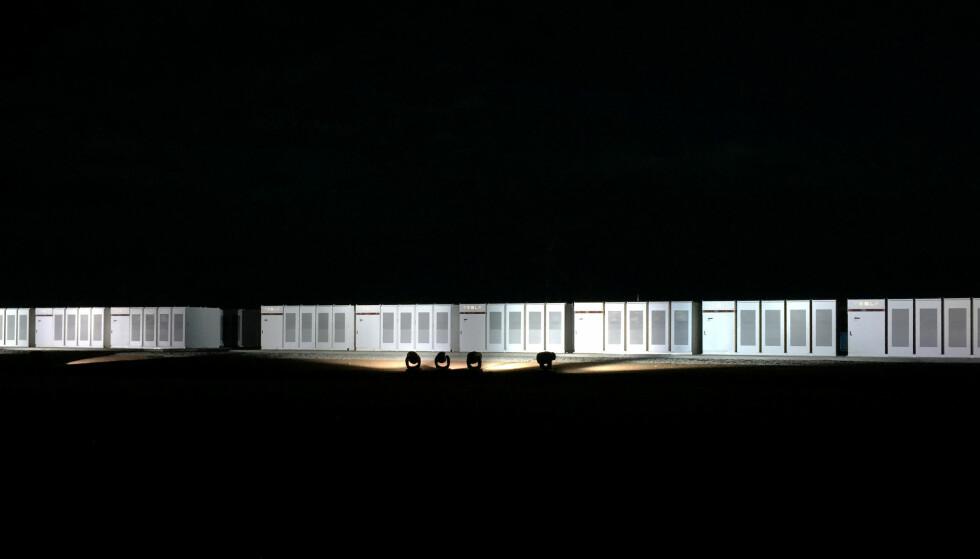 BATTERI: Verdens største litium-ionbatteri er offisielt skrudd på i Australia. Batteriet blir av myndighetene omtalt som en milepæl for fornybar energi. Foto: Sonali Paul/Reuters/Scanpix