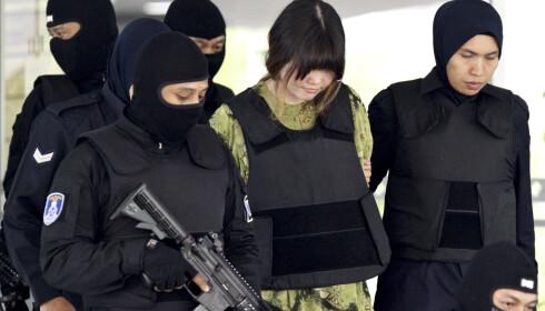 TILTALT: Vietnamesiske Doan Thi Huong, en av de to kvinnene som er tiltalt for attentatet mot Kim Jong-nam, risikerer nå dødsstraff i Malaysia. Her blir hun ført inn i retten i Kuala Lumpur i midten av november. Foto: AP / NTB scanpix