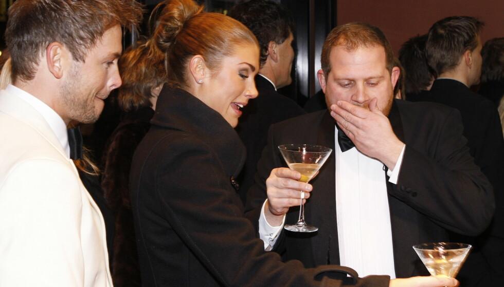 RAUS: I «Senkveld»-regi delte Truls Svendsen ut dry martinis på premierefesten til den nye James Bond-filmen i 2008. Her med Tone Damli Aaberge Foto: Knut Falch / NTB Scanpix