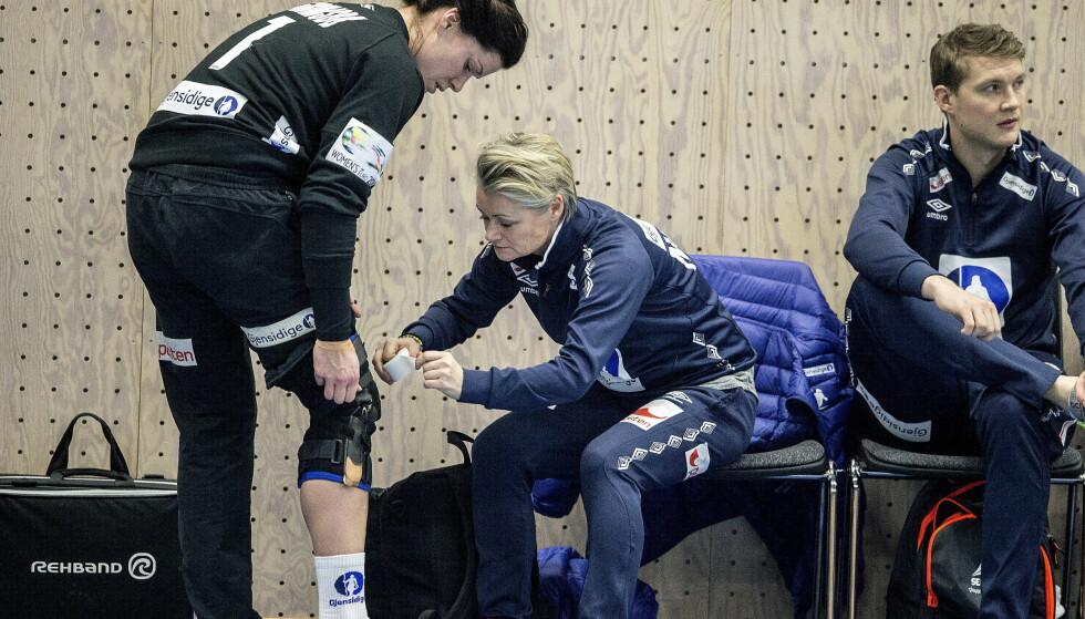 EM 2016: Under EM for ett år siden måtte Kari Aalvik Grimsbø (t.v.) sette på stor skinne på høyre kne før hver trening og kamp. Foto: Bjørn Langsem / Dagbladet
