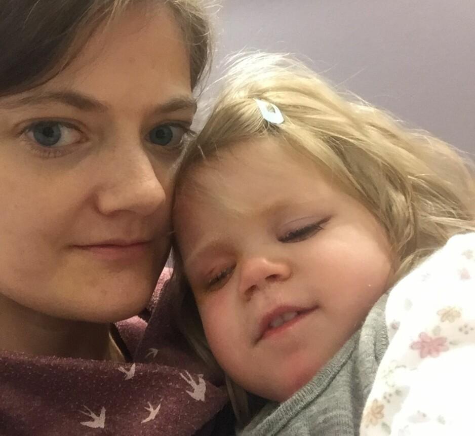 SAMLET HISTORIER: Helle Cecilie Palmer (36), her med sin kronisk syke datter Aurora, har samlet historier fra familier som jobber dag og natt for å pleie sine syke barn. Foto: Privat