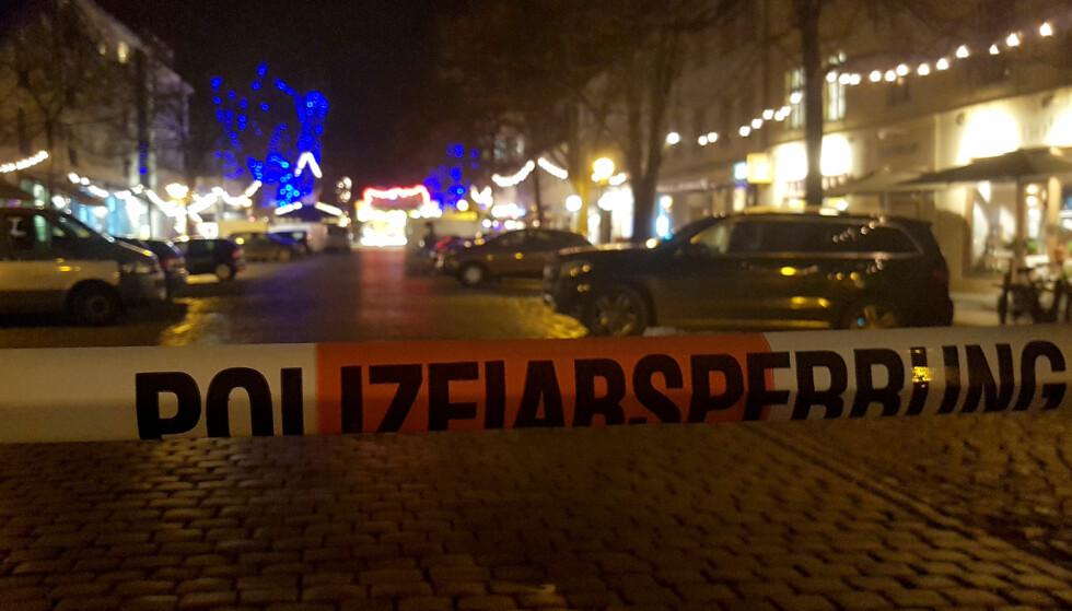 AVSTENGT: Politiet har stengt av et område av julemarkedet på Potsdam etter å ha funnet sprengstoff klokken 14.30 i dag. Foto: Reuters / Zoltan Berta / NTB scanpix