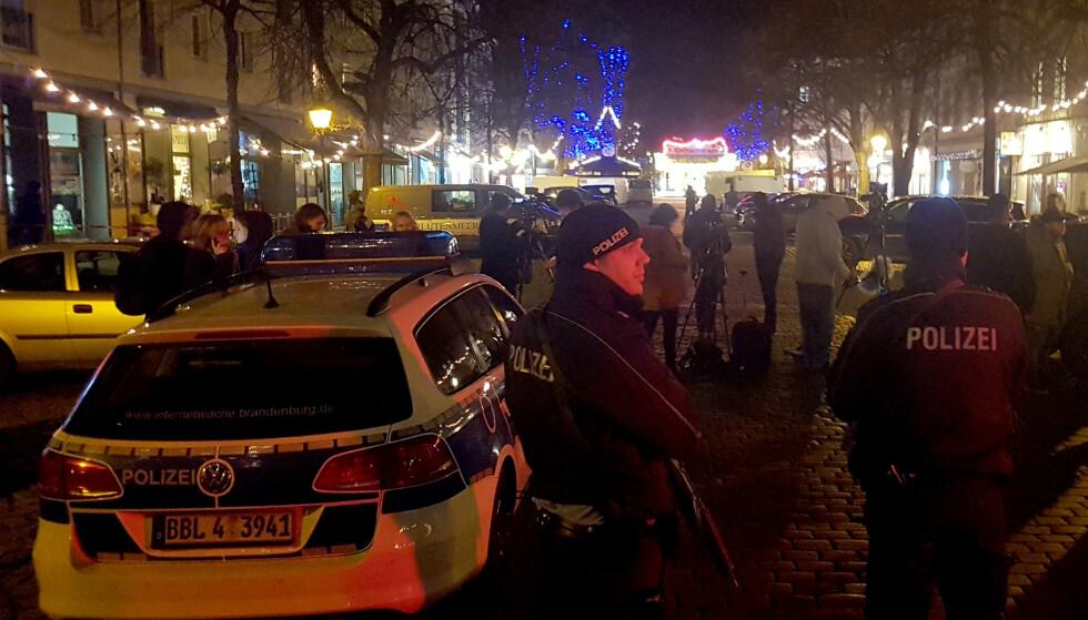 ETTERFORSKER SAKEN: Politiet undersøker sprengstoffet som ble levert til et apotek på Potsdam tidligere i dag. Politiet sier de etterforsker saken og ber folk unngå å trekke forhastede beslutninger om saken. Foto: Reuters / Zoltan Berta / NTB scanpix