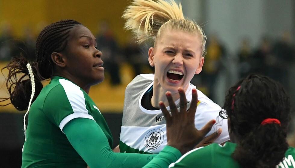 SKÅR I GLEDEN: Tyskland-stjerne Kim Naidzinavicius måtte ut med skade da tyskerne åpnet VM på hjemmebane med seier mot Kamerun. Foto: AFP PHOTO / dpa / Hendrik Schmidt / Germany OUT