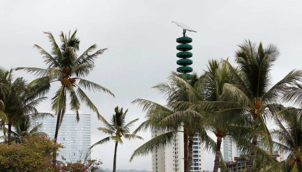 A tsunami warning tower is seen nestled in between palm trees at Kakaako Waterfront Park in Honolulu, Hawaii, November 28, 2017.  REUTERS/Marco Garcia