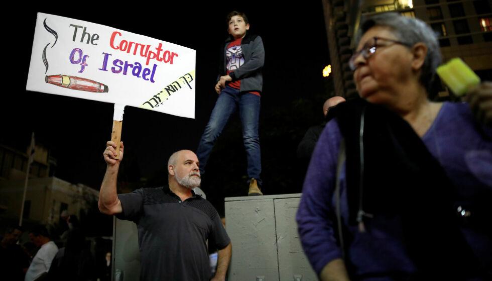 DEMONSTRERTE: Ifølge lokale medier og Reuters, var det rekordmange til stede under en demonstrasjon mot statsminister Benjamin Netanyahu lørdag kveld lokal tid. Foto: Amir Cohen / Reuters / NTB Scanpix