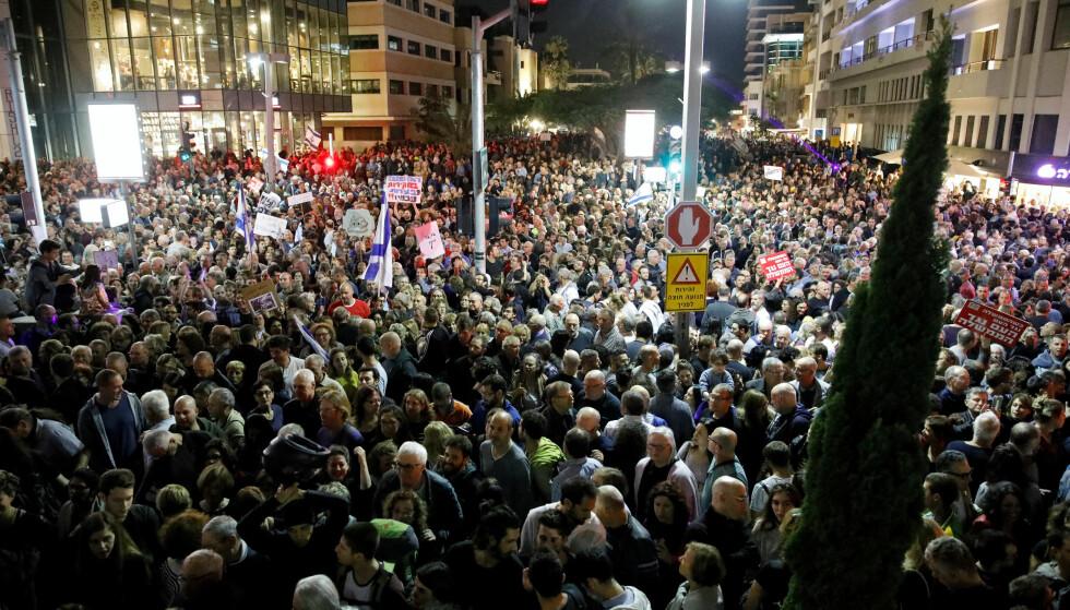Rundt 20 000 skal ha vært tilstede under demonstrasjonen mot «Netanyahu-loven». Foto: Reuters / NTB Scanpix