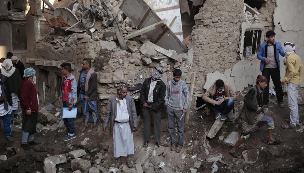 KRIG: Over 8.600 personer er drept i krigen siden 2015 og krigshandlingene i Jemen har ført til omfattende ødeleggelser. Bildet viser folk som har samlet seg på et sted som ble bombet av saudiledede fly i Sana 11. november. Foto: AP / NTB scanpix