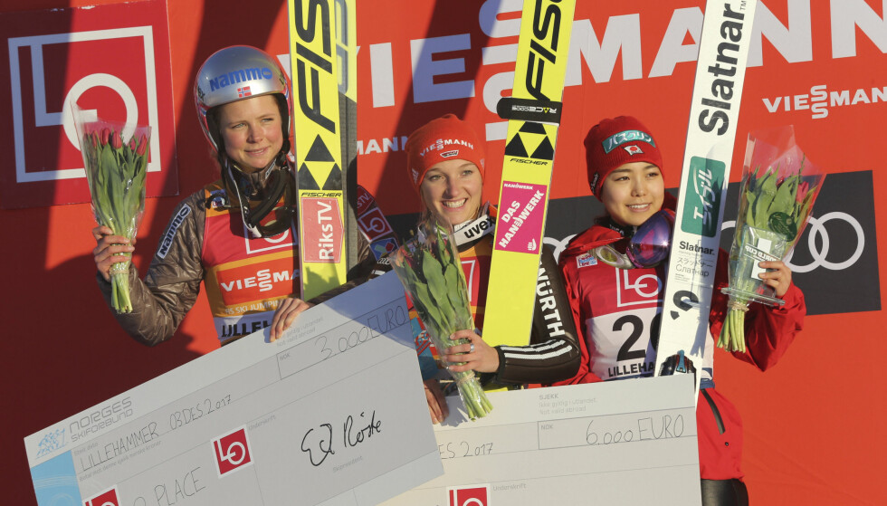 Tyske Katharina Althaus (i midten) Maren Lundby (t.v.), left otg japanske Sara Takanashi (t.h.) på seierspallen. Foto: Geir Olsen / NTB Scanpix