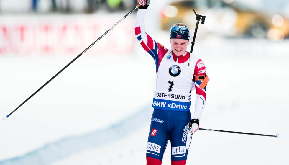 3. PLASS: Marte Olsbu jublet da hun krysset mållinja og ble nummer tre i Östersund. Foto: TOBIAS NYKÄNEN/BILDBYRÅN