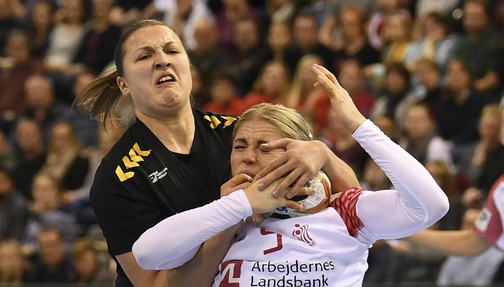 SMELL: Danmark og Sarah Iversen fikk juling av Durdina Jaukovic og Montenegro. Foto: Carmen Jaspersen/dpa