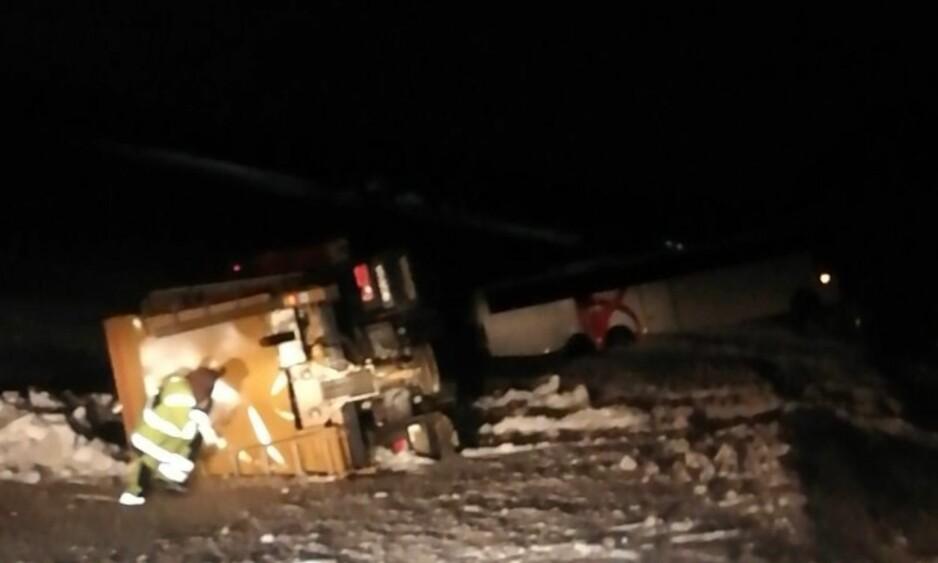 SPEILGLATT: Strøbilen som skulle sørge for å strø den speilglatte veien ved Nordkapptunellen i Finnmark, havnet selv utfor veien. Like ved ligger bussen som blåste av veien noen timer tidligere. Foto: Privat