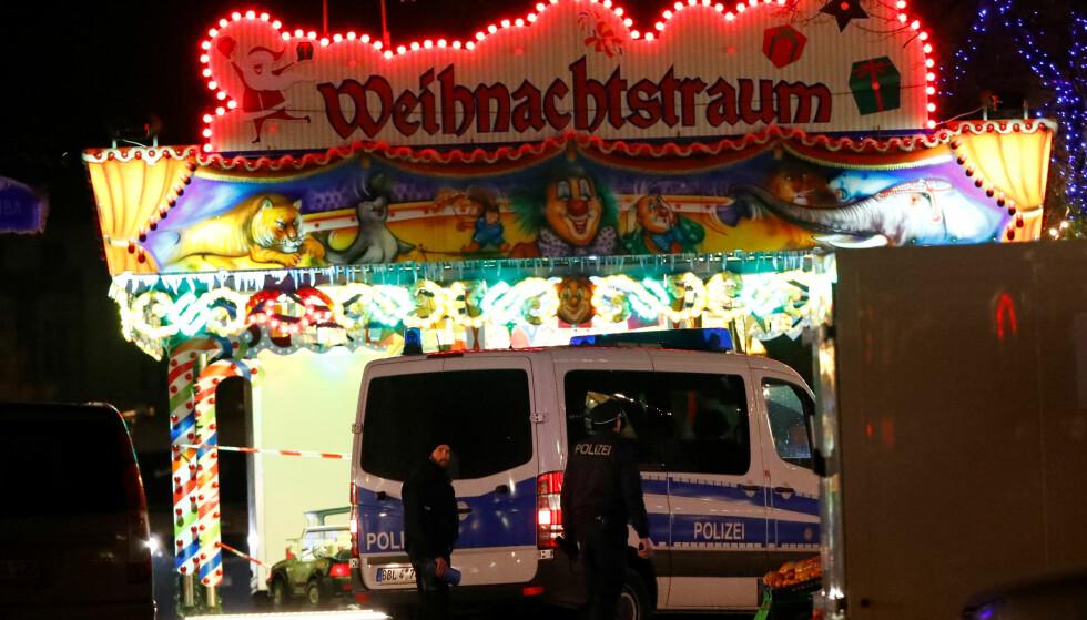 EVAKUERT: Julemarkedet i Potsdam ble evakuert fredag kveld etter funn av en mistenkelig pakke som inneholdt hundrevis av spiker og fyrverkeri. Bombefunnet var ikke terror, men utpressingsforsøk, sier tysk politi. Foto: Reuters/Fabrizio Bensch