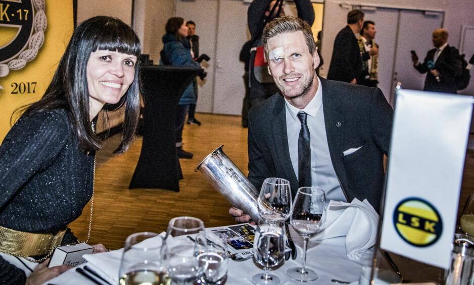 BANKETT: Frode Kippe hadde med samboeren Mona Holm på banketten etter cupfinalen. Her med trofeet. Foto: Christian Roth Christensen / Dagbladet