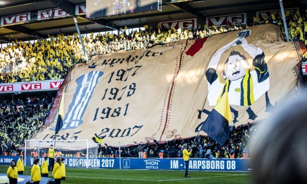 HEDRET KAPTEINEN: Lillestrøm-fansen holdt opp én tifo med bilde av Frode Kippe og årstallene for deres tidligere cuptriumfer. Foto: Christian Roth Christensen / Dagbladet