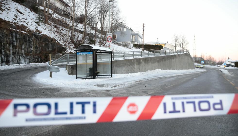 KNIVSTIKKING: Politiet har sperret av området rundt stedet der en kvinne ble knivstukket på en bussholdeplass i Rælingen i Akershus mandag morgen. En mann er pågrepet i saken. Foto: Håkon Mosvold Larsen / NTB scanpix