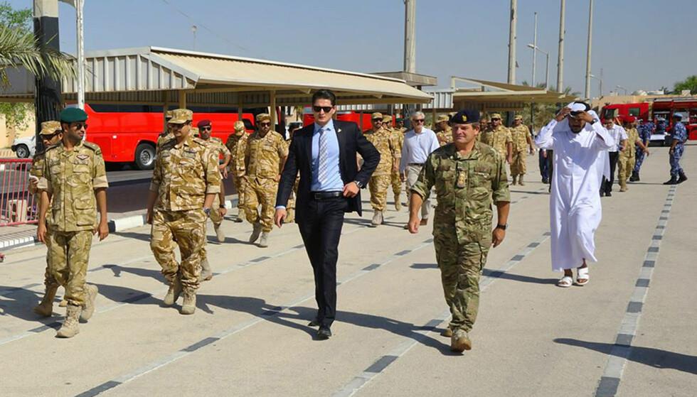 I QATAR: Andreas Krieg (i dress) jobber som sikkerhetsrådgiver for hæren i Qatar. Nå har han undersøkt bruken av surrogatkrigføring - når stormaktene får andre til å krige for seg. Foto: Privat