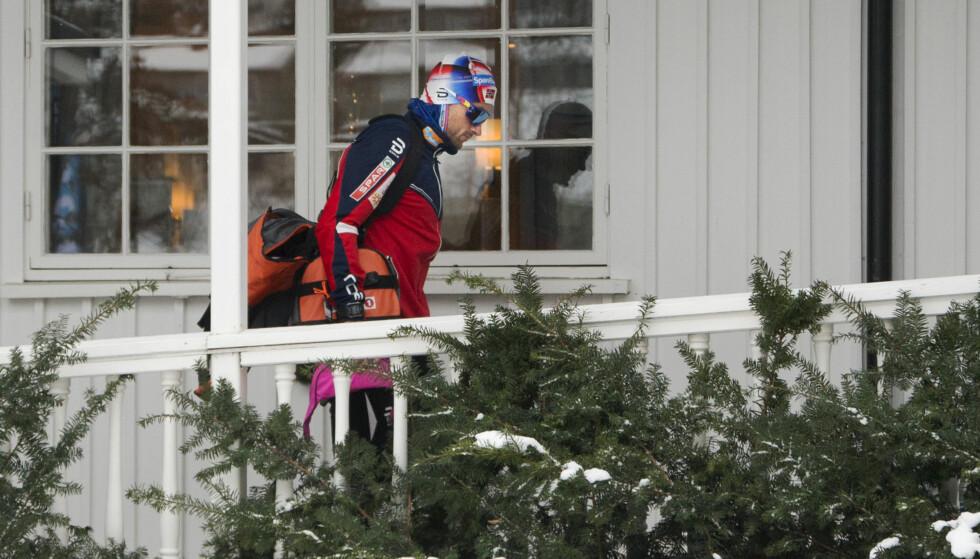 SIST SETT: Petter Northug på vei inn på hotellet på Lillehammer etter en skuffende prolog i verdenscupen før han reiste hjem til Trondheim. Nå håper han at fysiske tester skal gi ham plass i Tour de Ski. Foto: Geir Olsen / NTB scanpix
