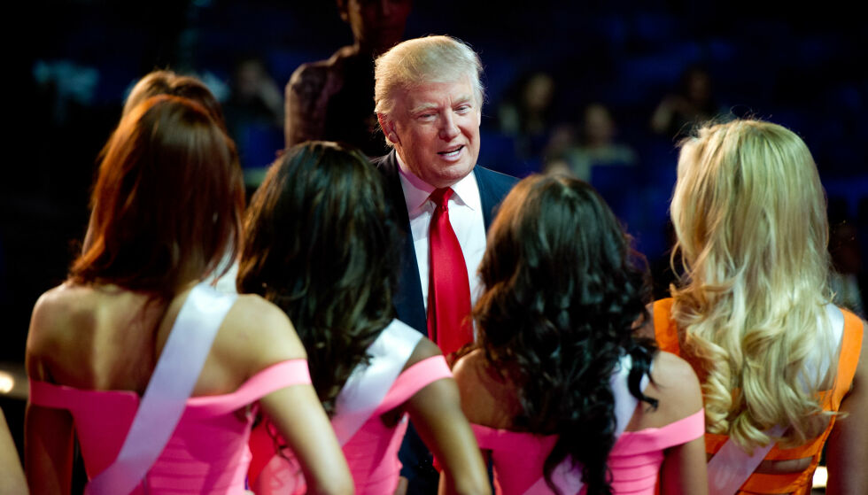 - DE LYVER: 20 kvinner har anklaget den amerikanske presidenten Donald Trump for seksuell trakassering. Han avfeier alle anklagene og kaller dem ren løgn. Her er Trump avbildet med noen av deltakerne i skjønnhetskåringen Miss USA i 2013. Flere deltakere i konkuranser i regi av Miss Universe-organiasjonsen Trump tidligere eide, har anklaget ham for upassende oppførsel. Foto: Darren Decker / Miss Universe Organization / AFP / NTB Scanpix