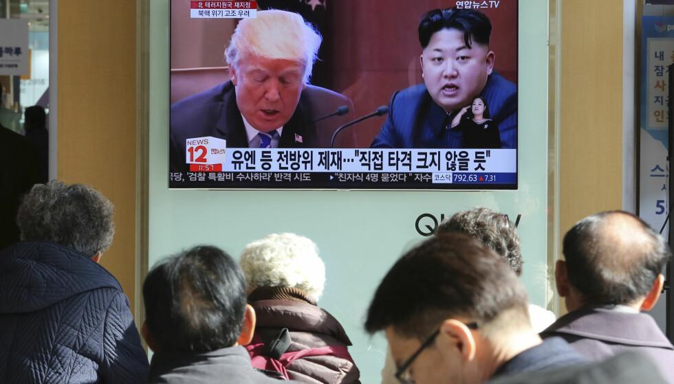 FØLGER MED: En TV-skjerm i Seoul i Sør-Korea forteller det politiske dramaet. Foto: AP / NTB Scanpix