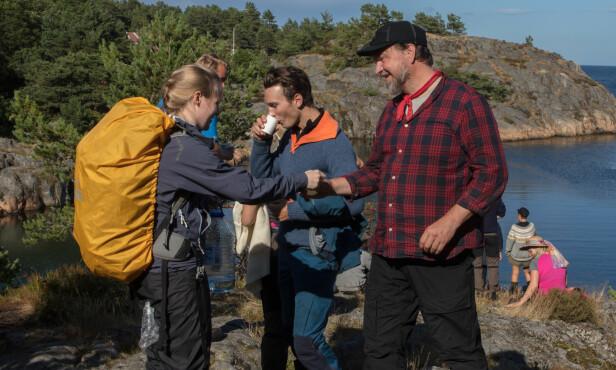 VANNPAUSE: Deltakeren Trym Nygaard Løken (i midten) drikker en etterlengtet slurk med vann, som deltakerne (heldigvis) har ubegrenset tilgang til. Foto: Alex Iversen / TV 2