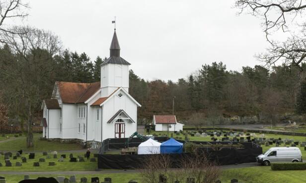SPERRET AV: Politiet har sperret av et område i forbindelse med åpningen av graven. Foto: Sondre Steen Holvik