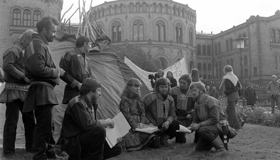 TELT FORAN STORTINGET: En lavvo ble for 38 år siden satt opp foran Stortinget i Oslo for å demonstrere mot utbyggingen av Alta-Kautokeino-vassdraget. Foto: Vidar Knai, / NTB Scanpix