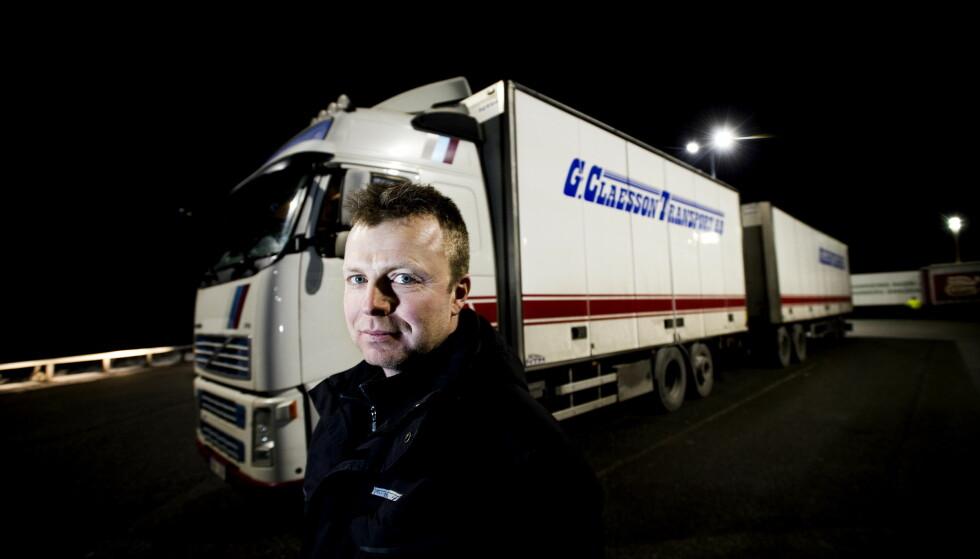 INGEN SØTSAKER: Henrik Gustafsson Bragde (45) kjører til Oslo, Lillehammer og sørlandskysten, ofte med søtsaker. Han er svak for sveitsernøtt fra Marabou, men har det ikke i førerhuset. Søtsakene får ligge i lasterommet.