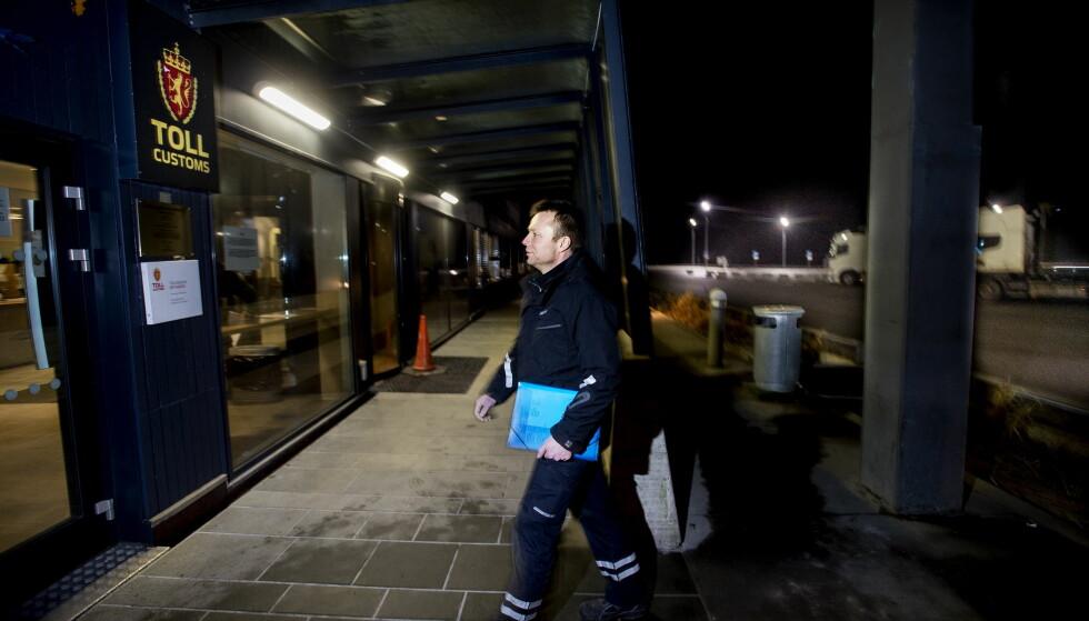 TONN MED GODIS: Høye priser i Norge skaper arbeidsplasser i Sverige. Lastebilsjåfør Henrik Gustafsson Bragde er innom tollen på Svinesund to ganger i uka.