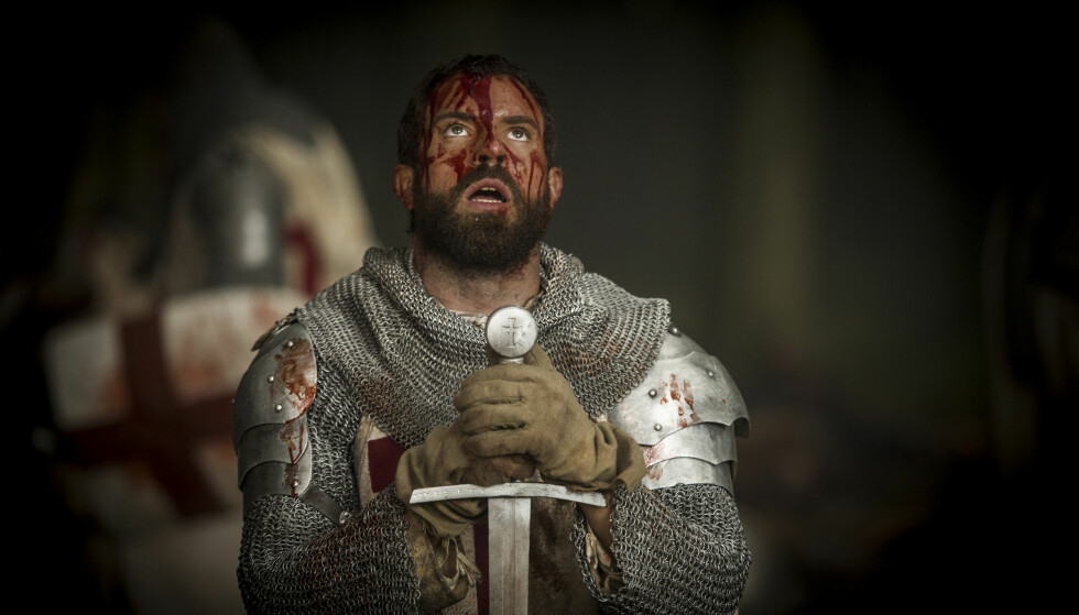 Ridder Landry (Tom Cullen) lærte på den harde måten at man ikke må lene hodet så altfor langt bakover når man blør neseblod. Foto: HBO