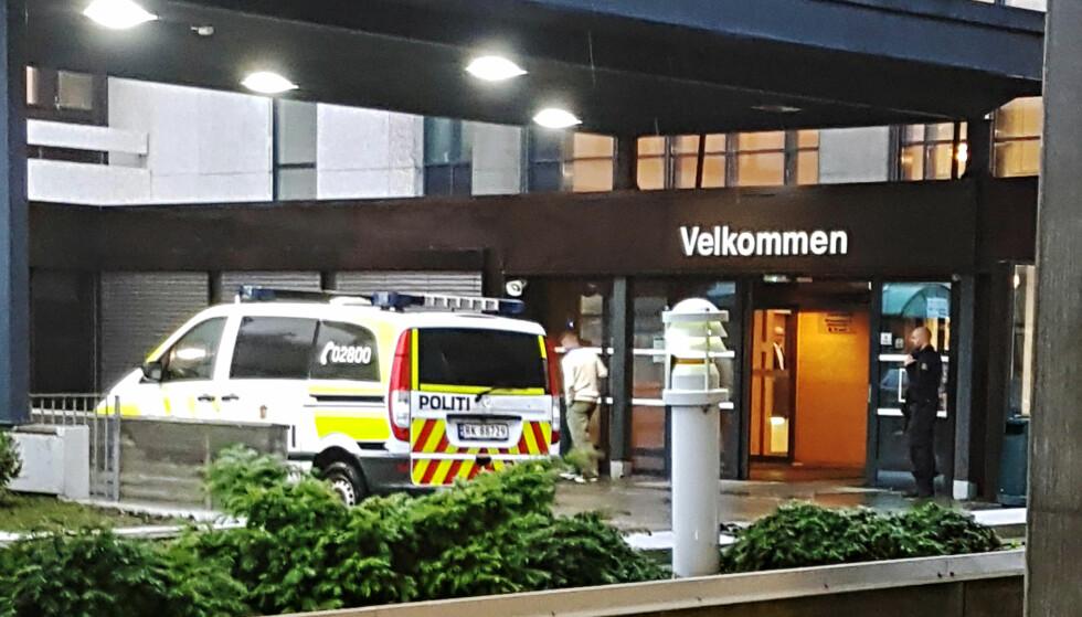 POLITIAKSJON: Politiet står foran hovedinngangen ved Stavanger universitetssykehus. Politiet aksjonerte i sykehuset tirsdag formiddag. Foto: Tipser