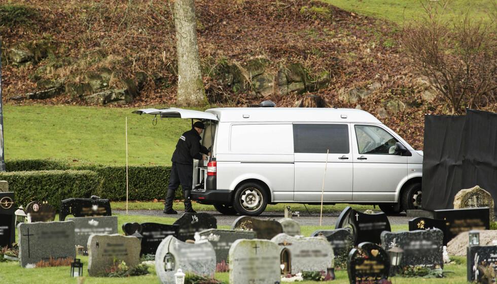 POLITIET: Politiet arbeider på gravplassen. Foto: Sondre Steen Holvik