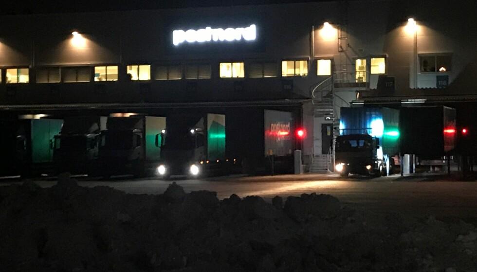 HEKTISK AKTIVITET: Postterminalen på Langhus stenger klokka 23. Mange losser varer til jul utover kvelden. Foto: Tine Faltin