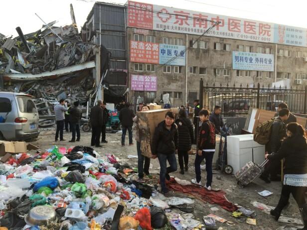 ETTER BRANNEN: Titusener av migrantarbeidere er satt på gata. Brannen tok 19 menneskeliv. Foto: Reuters / NTB Scanpix