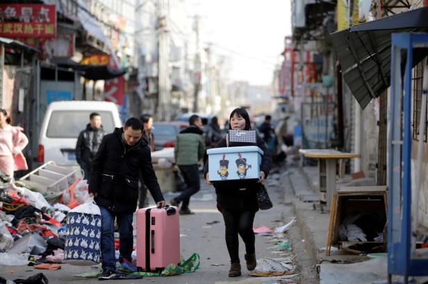 HJEM TIL BARNA: Mange har ikke andre alternativer enn å flytte hjem til landsbygda. Der bor barna, som kanskje bare ser foreldrene en gang i året. Foto: Reuters / NTB Scanpix