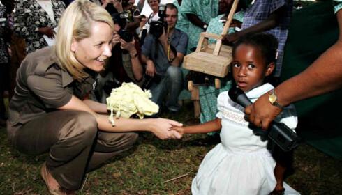 KRITISERES: Dette bildet av Mette-Marit på besøk i Malawi i 2005 er brukt av AJ+ som eksempel på bilder som kan ta fra folk «handlekraft, verdighet og privatliv». FOTO: Getty Images