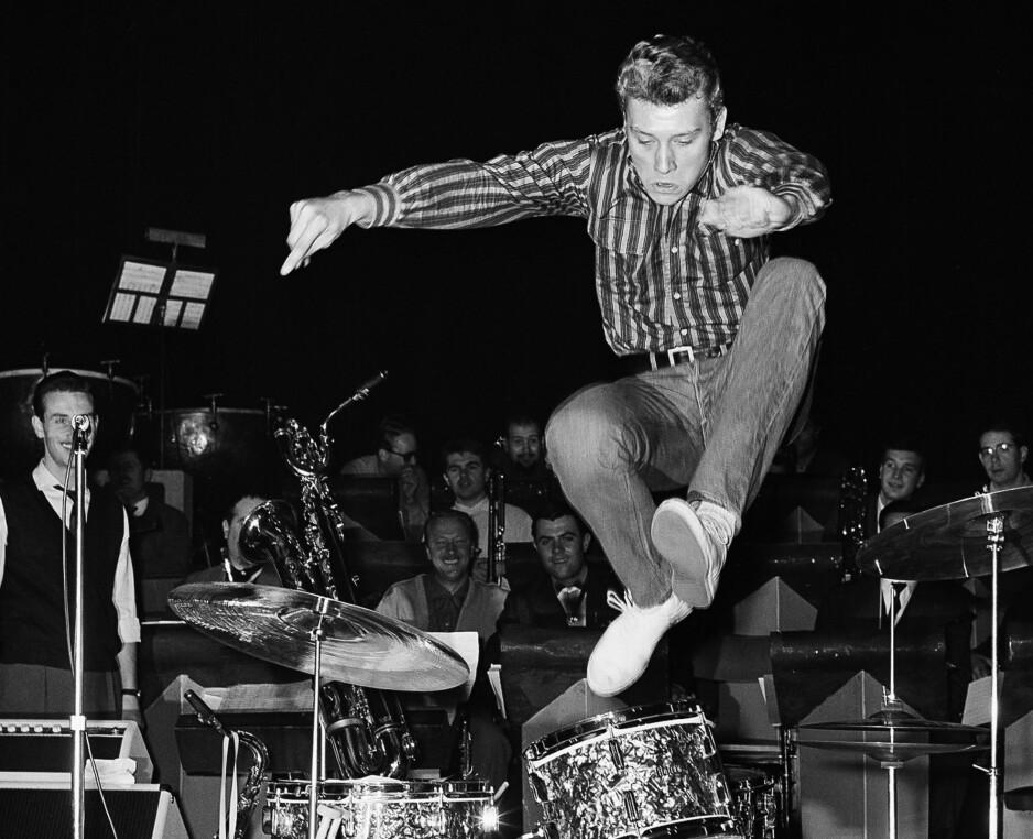 UT AV TIDEN: Johnny Hallyday ble en av Frankrikes aller største artister. Nå er han død. Her fra Olympia i Paris, oktober 1962. Foto: NTB Scanpix