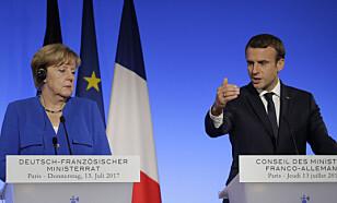 KRITISKE: Statsminister Angela Merkel og president Emmanuel Macron reagerer på Trumps avgjørelse. Her er statslederne avbildet under en pressekonferanse i sommer. Foto: AP photo