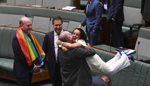 FULL JUBEL: Det var full jubel på tvers av partiene da ekteskap mellom likekjønnede ble vedtatt i i det australske parlamentet i natt. Foto: AAP / Lukas Coch /REUTERS / NTB scanpix