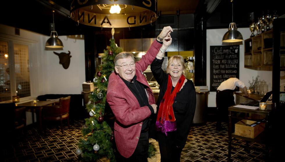 I SVING: Vidar Lønn-Arnesen (77) snurrer kona Tove rundt til julemusikken som spilles fra høyttalerne. Foto: Anita Arntzen