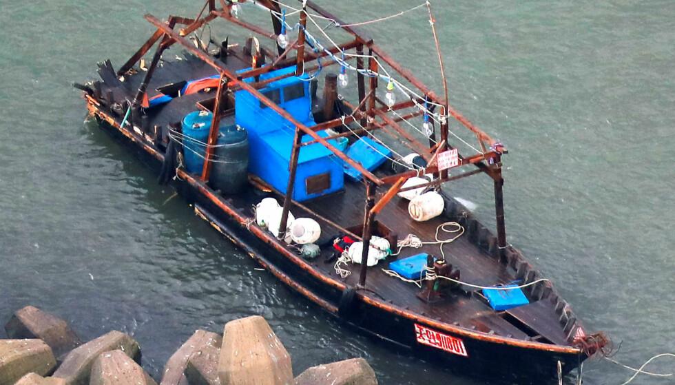 STRANDET: En nord-koreansk fiskebåt ble plukket opp av den japanske kystvakta 24. november. Foto: Reuters / NTB Scanpix