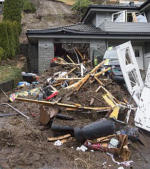 OMKOM: En kvinne omkom i dette huset på Votlo da et jordras traff huset. Foto: Marit Hommedal / NTB scanpix