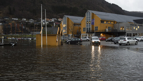 FLOM: Det er høy vannstand og flom flere steder i Bergen. Foto: Marit Hommedal / NTB scanpix