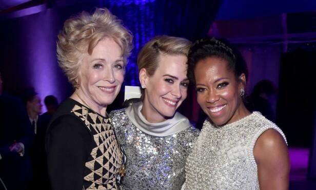 ÅPEN OM FORSKJELLEN: Skuespillerparet Holland Taylor og Sarah Paulson lot seg avbilde sammen mes skuespiller Regina King under etterfesten til Critics Choice Awards i fjor. Foto: NTB Scanpix